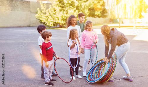 Sticker Kinder machen Sport auf Schulhof mit Reifen