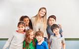 Schüler und Lehrer einer multikulturellen Schule - 222053399
