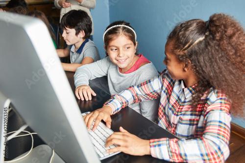 Mädchen lernen zusammen am Computer - 222053345