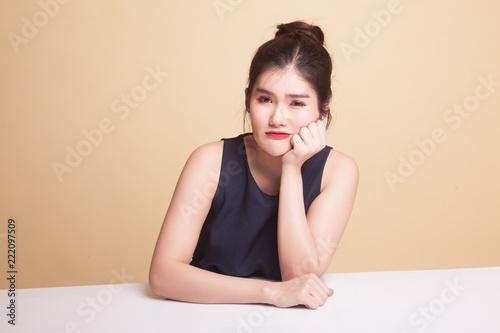 Azjatycka dziewczyna się nudzi.