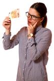 Junge Frau prüft Geldschein - 222133334