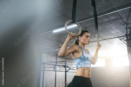 Fitness kobieta szkolenia z pierścieniami gimnastyka w siłowni Crossfit