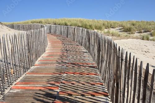 passerelle et clôture dans une dune  - 222158147