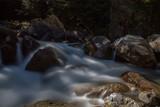 rio corriendo con un efecto de niebla - 222169766