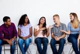 Junge Menschen im Wartezimmer - 222206902