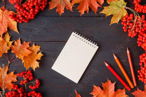 jesień liść na drewno czarne tło pomarańczowy liść na stary drewno drewno, kopia miejsce na napis, widok z góry, tabletki na tekst