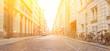 Straße mit Pflastersteinen auf Fahrbahn in Stadt - 222272380