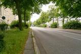 Leere Straße mit Bordstein am Straßenrand