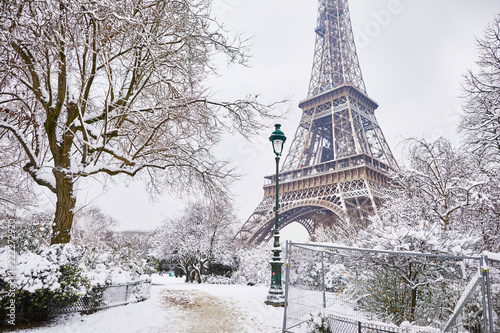 obraz PCV Scenic view to the Eiffel tower on a day with heavy snow