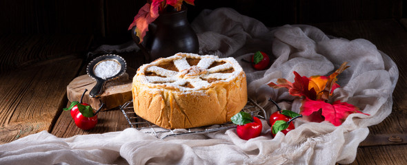 Apples covered with a crunchy crust - this is the American Apple Pie. © Dar1930