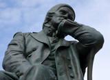 Nachdenklich in den strahlend blauen Himmel schauende Statue Robert Schumanns  - 222302158