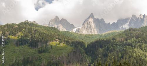 Montagnes et nuages - 222352311
