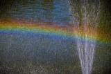 kolorowa tęcza przy fontannie wody