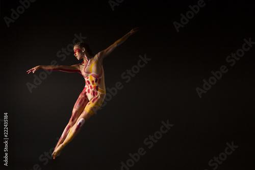 Mujer joven haciendo danza contemporánea - 222435184
