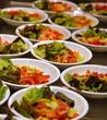 Salatteller in der Theke einer Kantine