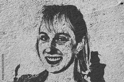 Street art. Portrait d'une jeune femme - 222452596