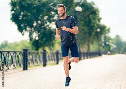 Szczęśliwy mężczyzna podczas ranku jogging, outdoors