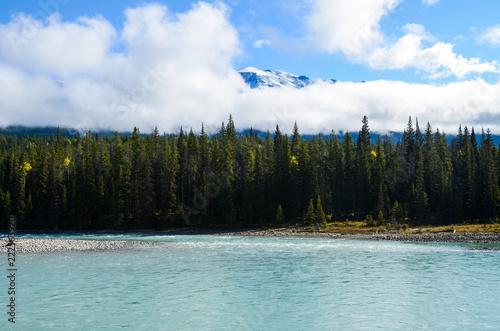 秋のカナディアンロッキー アサバスカ川と山並み ーアイスフィールド・パークウェイにて(カナダ・アルバータ州)