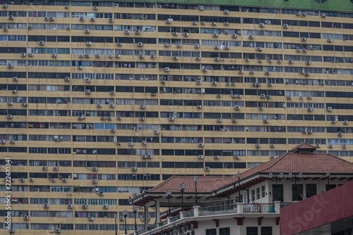 Foto Murales 70s Building Wall Full of Air Conditioners in Singapore