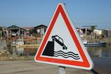 Panneau avertissant d'un risque de chute à l'eau - 222633930