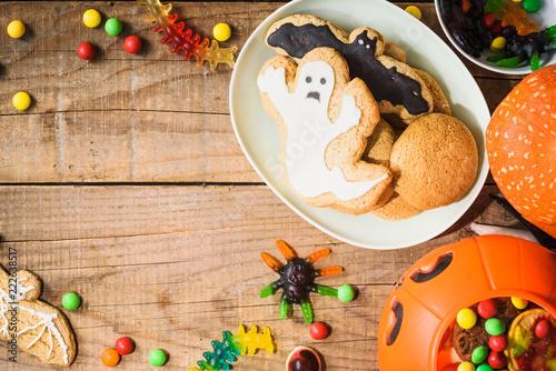 Halloweenowi cukierki na drewno stole - wakacyjny tło