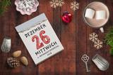 weihnachtliche Dekoration und Abreißkalender mit dem 26.12.2018 auf rustikalem Holzuntergrund