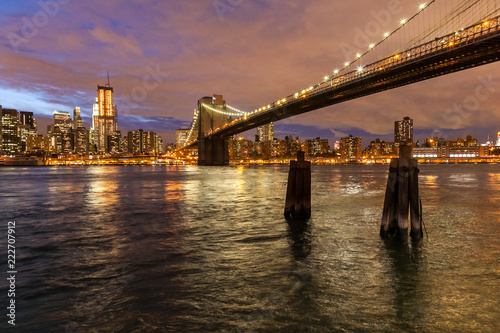 Foto Murales Skyline of New York and Brooklyn bridge at night, New York, USA