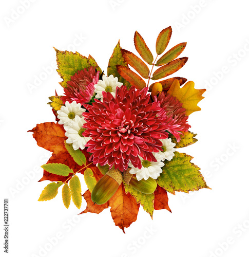 Autumn bouquet with chrysanthemum flowers and dry leaves © Ortis