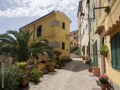 Fototapeta Gelbe Hausfassaden in mediterraner italienischen Gasse,