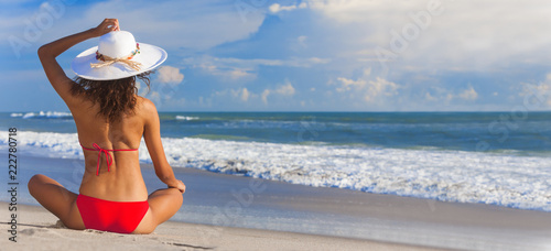 Leinwanddruck Bild Sexy Woman Girl Sitting Sun Hat & Bikini on Beach