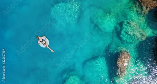 Widok z lotu ptaka na dziewczynę na morzu. Turkusowa woda z powietrza jako tło z powietrza. Naturalny krajobraz w okresie letnim. Seascape z drone
