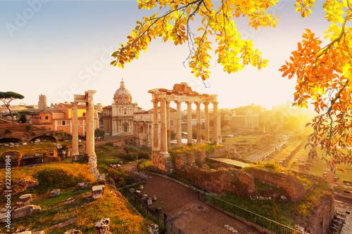 Forum - rzymskie ruiny z panoramą Rzymu z ciepłym światłem słonecznym, Włochy af upadku