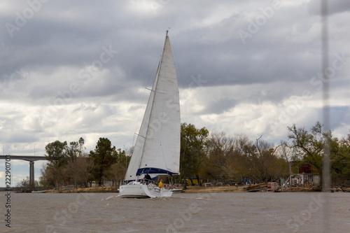 Velero sobre el Río Paraná