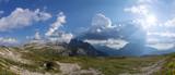 Panorama der Dolomiten vor bewölktem, blauem Himmel, Südtirol, Italien