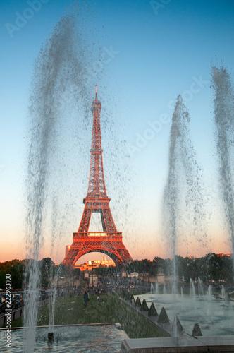 Gichi di fontane al tramonto con la Tour Eiffel
