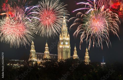 Rathaus in Wien mit Silvester-Feuerwerk
