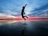 Mann springt hoch aus den Wasser  - 222973542