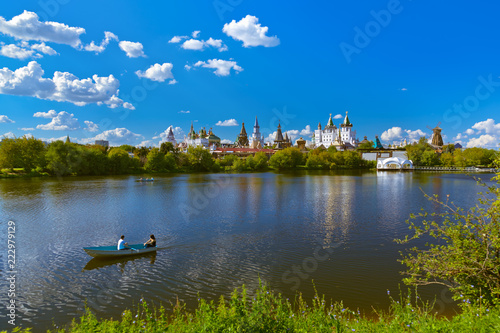 Leinwanddruck Bild Izmailovo Kremlin and lake - Moscow Russian