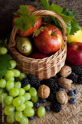 Foto Murales Autumn foods in a basket