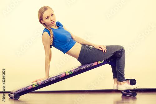 Kobieta szkolenia na ławce dla siedzieć ups