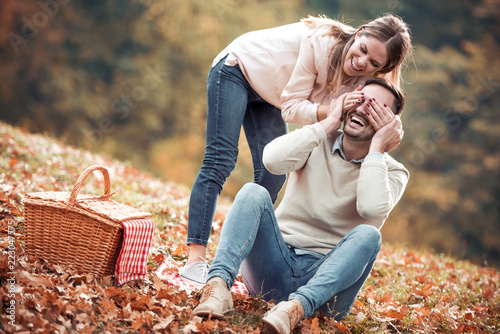 Leinwanddruck Bild Couple on a picnic in autumn park