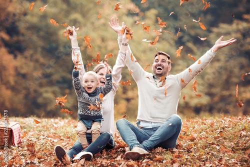 Szczęśliwa rodzina ma zabawę w jesień lesie