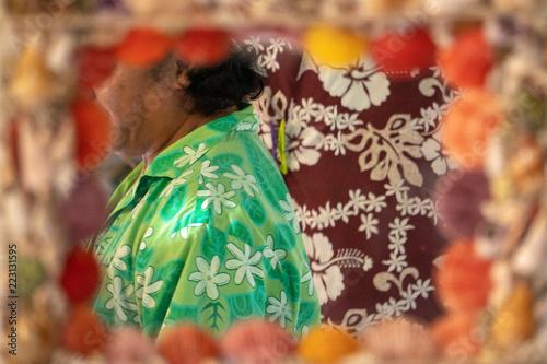Colourful Polynesian mężczyzna wuth sarong ręcznie robiony przy lustrem
