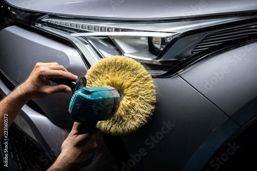 Seria samochodów z serii: Polerowanie reflektorów szarego SUV-a