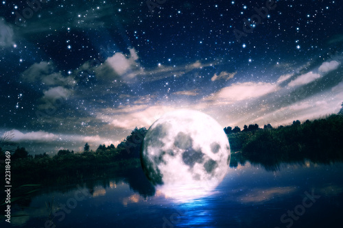 Księżyc w pełni nad rzeką