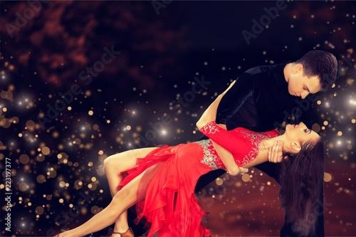 Leinwanddruck Bild Man and a woman dancing Salsa