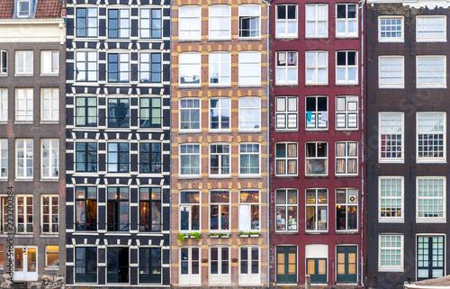 Miastowy tło z budynków mieszkalnych okno w Amsterdam, holandie