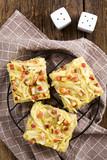 Frischer hausgemachter gebackener Zwiebelkuchen, ein deutscher traditioneller herzhafter Kuchen aus Hefeteig belegt mit Zwiebeln, Speck, Ei und Sahne - 223201951