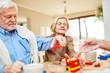 Leinwanddruck Bild - Senioren mit Demenz stapeln Bausteine