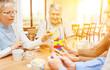 Leinwanddruck Bild - Senioren mit Demenz und Alzheimer spielen